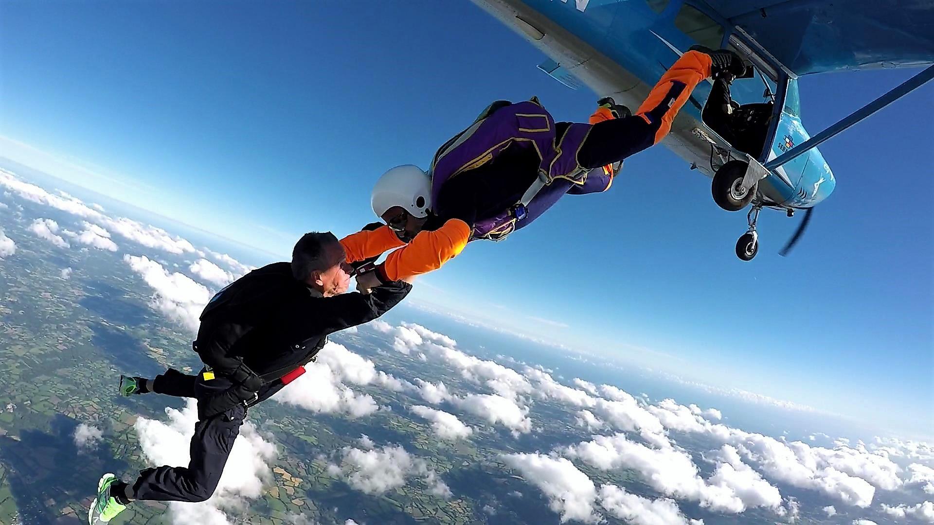 2017-Arrivee-ballon-finale-par-parachutistes